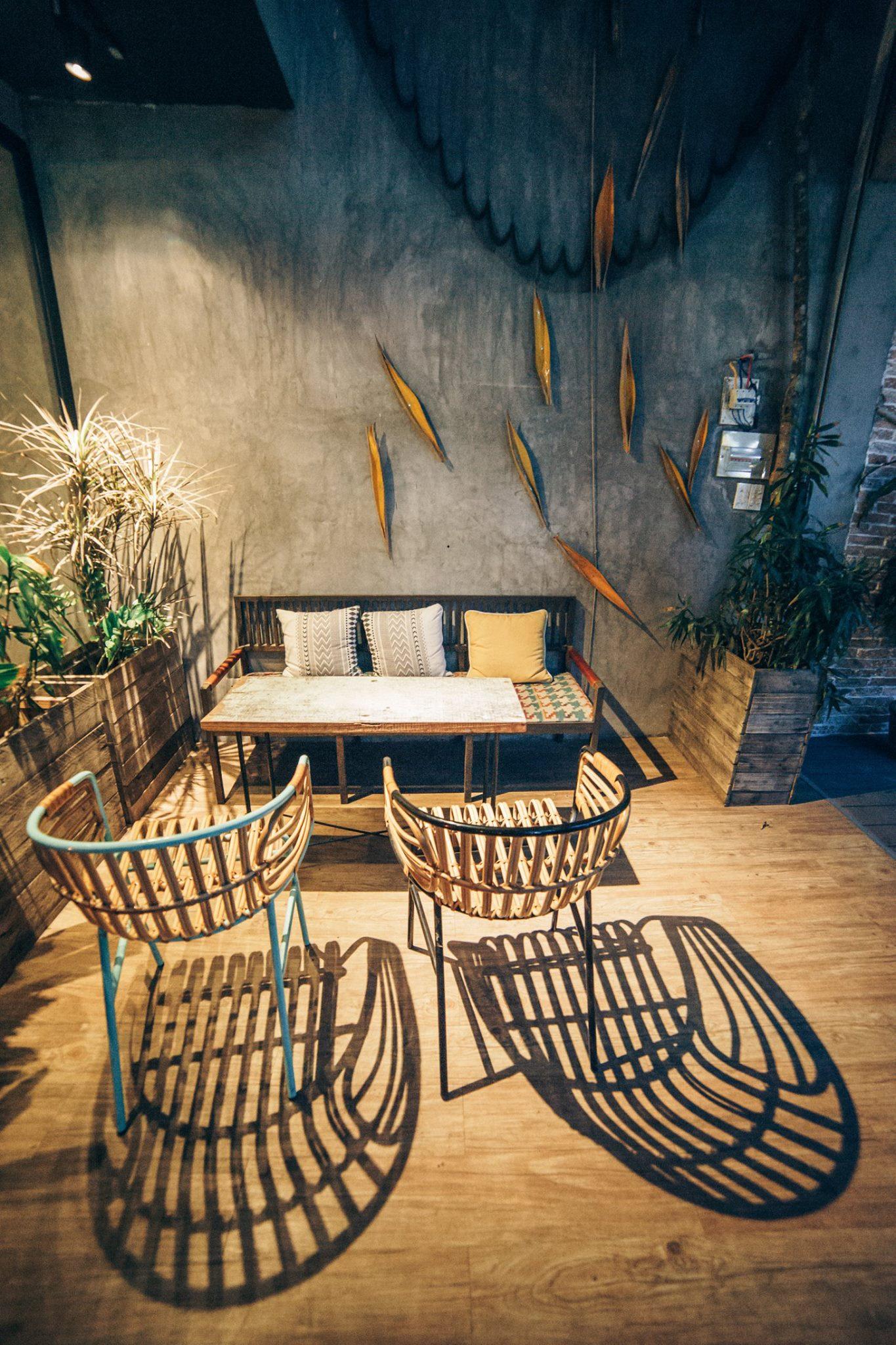 Bàn ghế mây tự nhiên hay bàn ghế nhựa giả mây là thích hợp cho quán café.